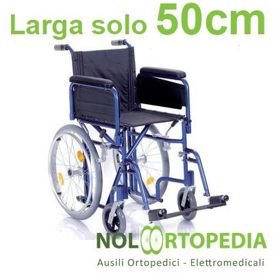Noleggio sedia a rotelle ad ingombro ridotto, con braccioli lunghi estraibili e pedane laterali.
