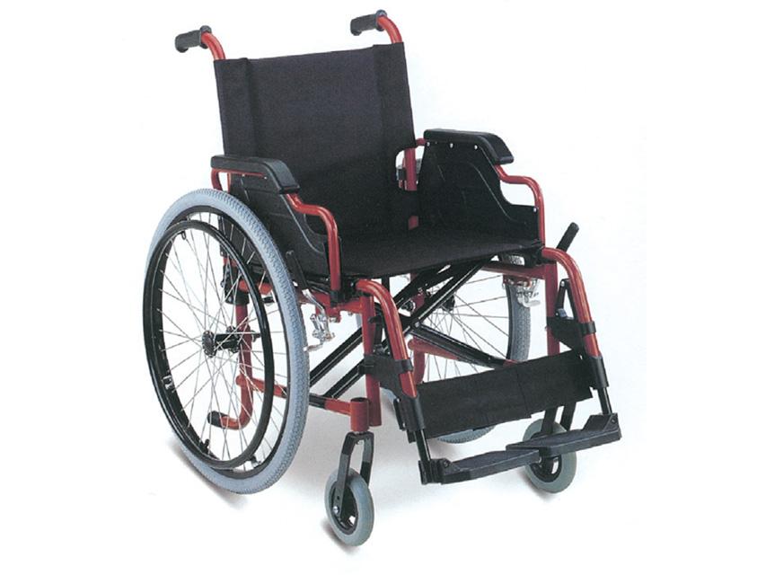 Carrozzina con telaio in alluminio, braccioli rimovibili, poggiapiedi removibili.