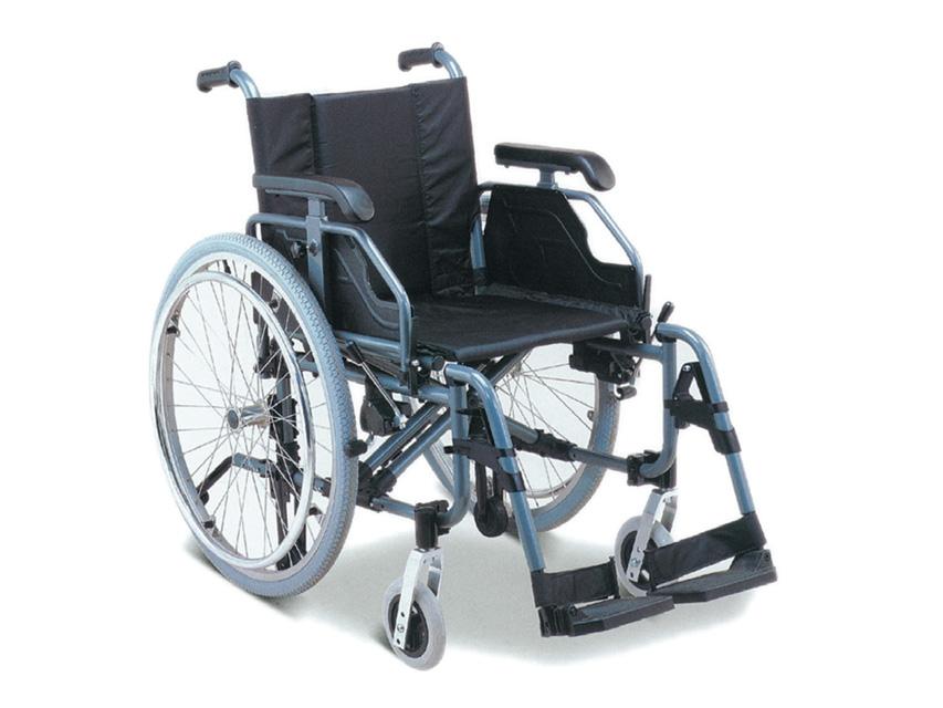 Carrozzina in alluminio con braccioli, regolabili in altezza ed inclinazione.