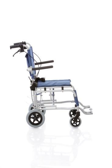 Costruita in alluminio anodizzato, pesa solo 7 kg. Crociera singola, sedile e schienale in nylon imbottito, tasca portaoggetti sul retro. Ruote frontali e posteriori piene. Braccioli ribaltabili. Completa di cintura. Cinturino poggiapolpacci.