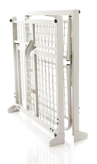 Letto degenza / ortopedico a tre snodi elettrico elevebile, su ruote. Testiera, pediera e sponde in legno. Alzatesta e alzagambe regolabili in altezza tramite attuatori elettrici.