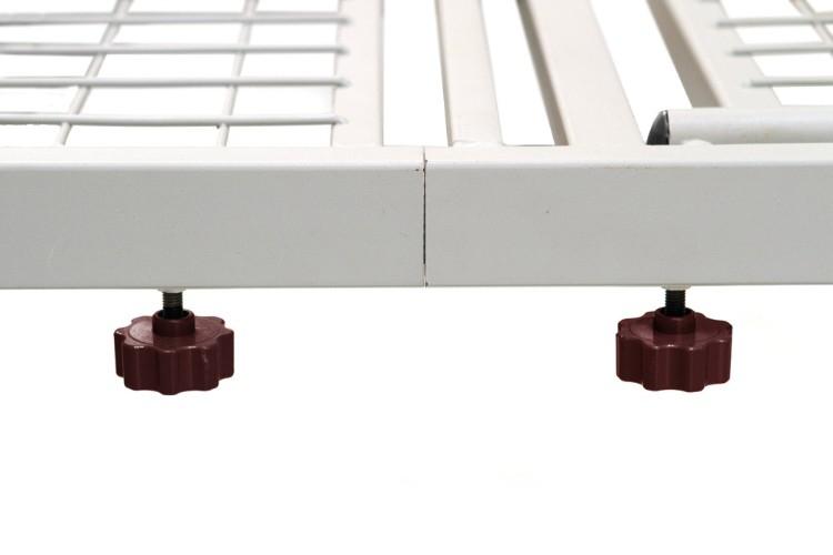 Letto degenza / ortopedico a tre snodi elettrico su ruote. Testiera, pediera e sponde in legno.  Alzatesta e alzagambe regolabili in altezza tramite attuatori elettrici.
