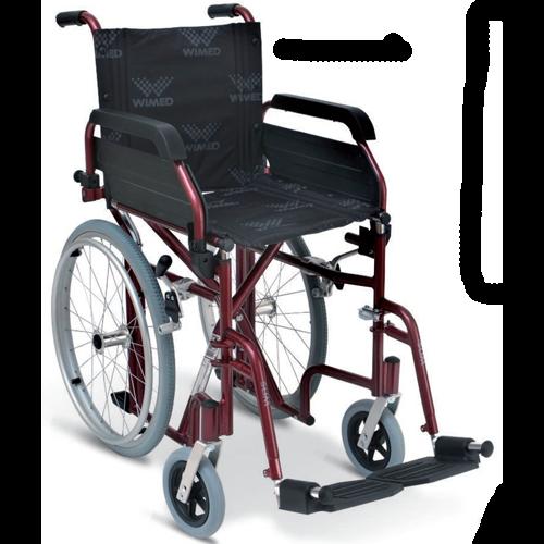 Carrozzina pieghevole con telaio stabilizzante in acciaio verniciato, con ruote posteriori da 20'' e anello corrimano, posizionate sotto il sedile per ridurre gli ingombri laterali e semplificare l'attraversamento dei passaggi stretti