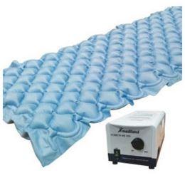 Kit composto da compressore ad aria a ciclo alternato con regolazione di pressione, materasso in PVC (polivinilcloruro) atossico, trattato antibatterico, a bolle d'aria a gonfiaggio alternato.