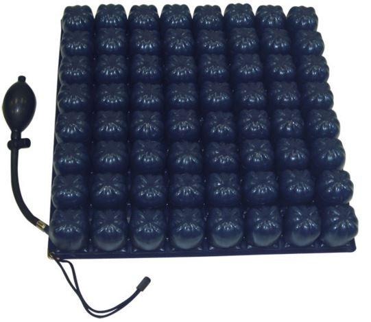 Il cuscino è un dispositivo per il sollievo e la prevenzione delle piaghe da decubito a bolle d'aria a micro interscambio, a una valvola, in PVC medicale. Cuscino di elevato livello di prevenzione. Munito di fodera, base antiscivolo.