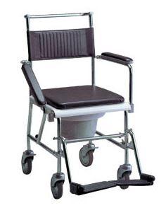 Sedia da comodo in acciaio cromato, schienale in skay  idrorepellente, copertura imbottita soffice per sedile,  braccioli ribaltabili, pedane regolabili ed estraibili,  ruote da mm.100 di cui 2 con freno.  Portata Kg.136