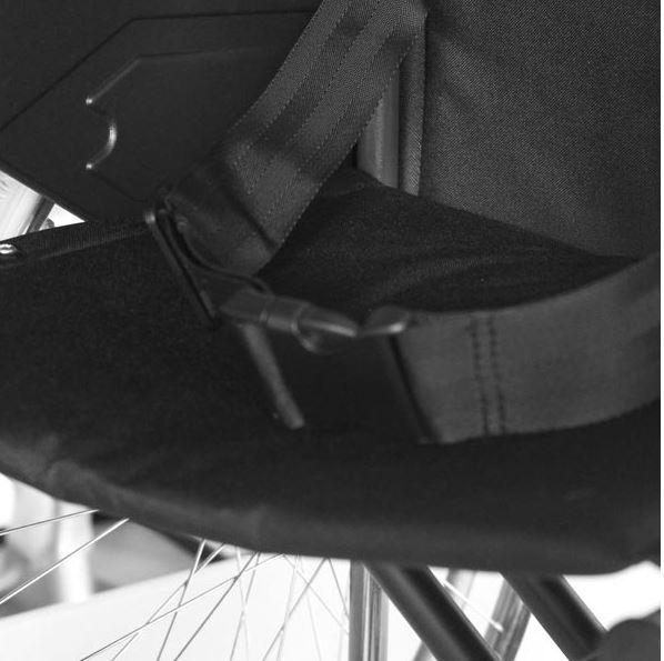 """Telaio a doppia crociera, braccioli desk estraibili, ruote posteriori da 24"""" ad estrazione rapida con copertone in PU pieno: ruotine ascensore; ruote anteriori da 8"""" con copertone in PU pieno; pedane estraibili e regolabili in altezza; colore blu."""