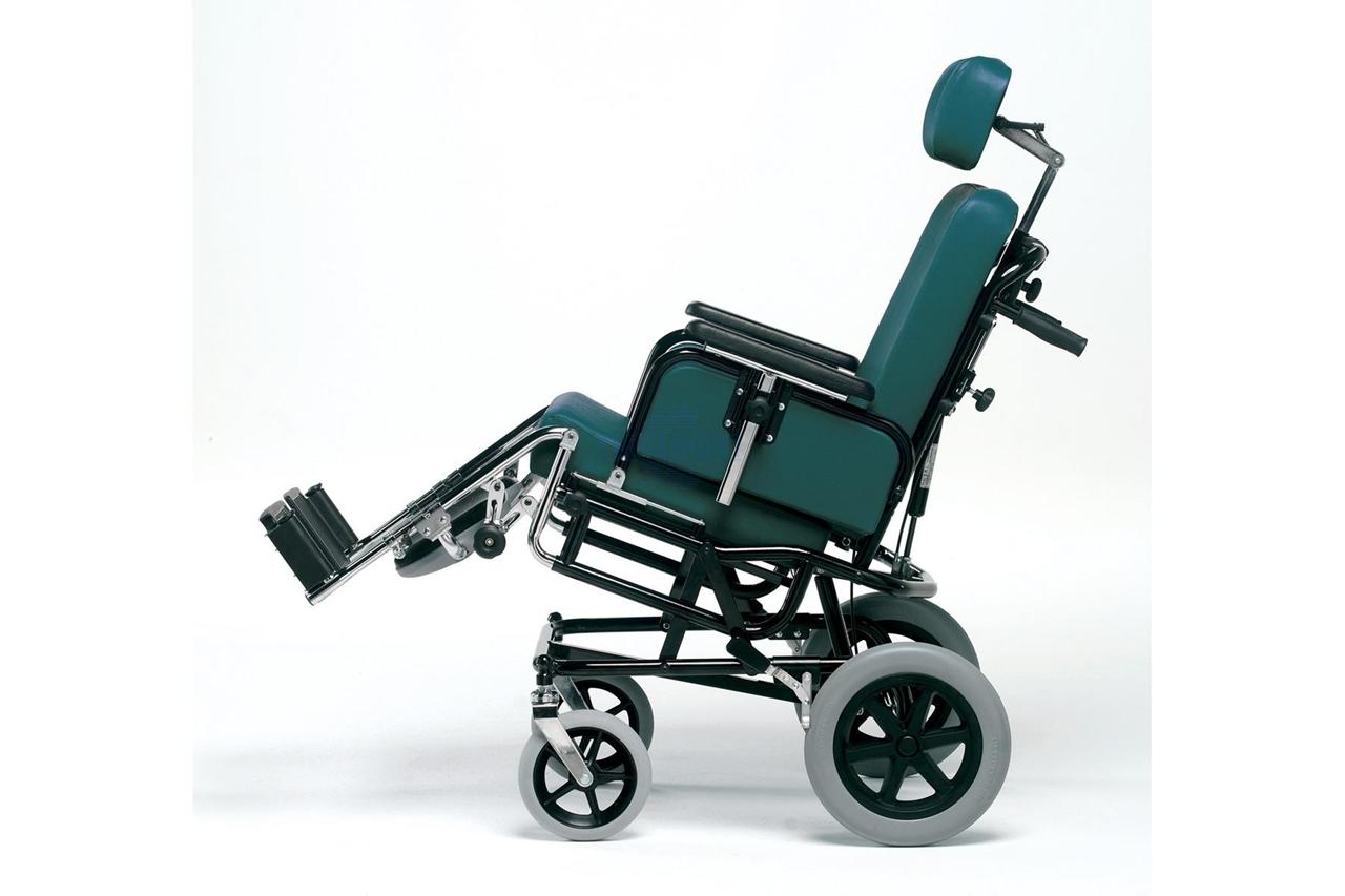 Carrozzina per trasferimento in ambiente interno/esterno. Dotata di due ruote anteriori piroettanti ø cm 20, due ruote posteriori unidirezionali ø cm 30 con freni di stazionamento.