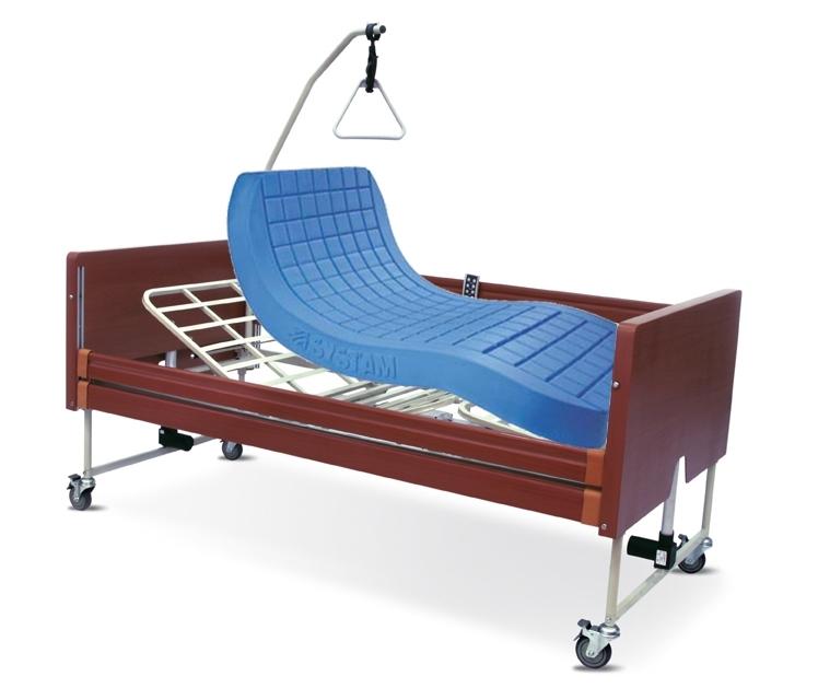 Noleggio letto da degenza ortopedico elettrico in legno, completo di sponde di contenimento con materasso antidecubito.