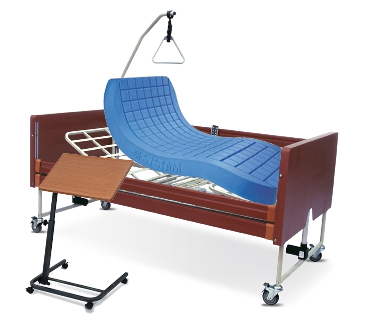 Noleggio letto da degenza ortopedico elettrico in legno, completo di sponde di contenimento con materasso antidecubito e vassoio da letto con ruote.