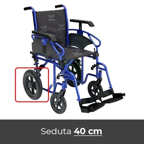 Noleggio sedia a rotelle con braccioli lunghi estraibili, pedane estraibili con rotazione antero-posteriore, cinturino fermapiedi.
